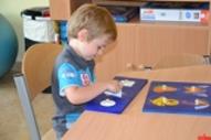 Dziecko wykonuje prace plastyczne