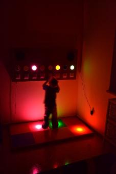 Zdjęcie dziecka bawiącego się na torze świetlno-dźwiękowym
